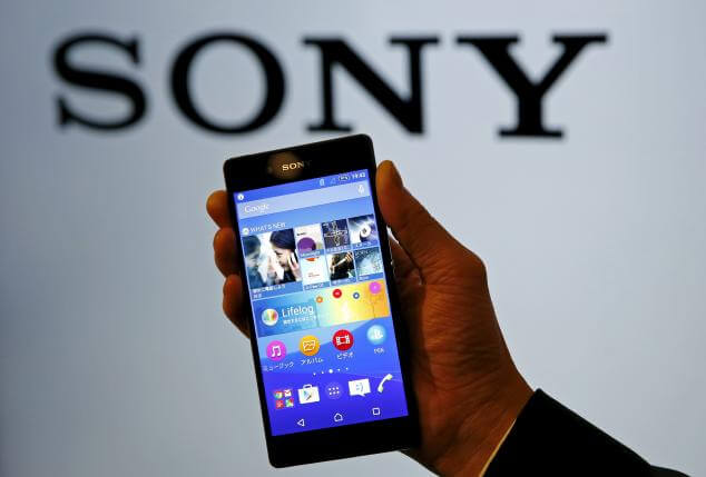 An employee poses with Sony's new Xperia Z4 smartphone after a news conference in Tokyo April 20, 2015.  REUTERS/Toru Hanai